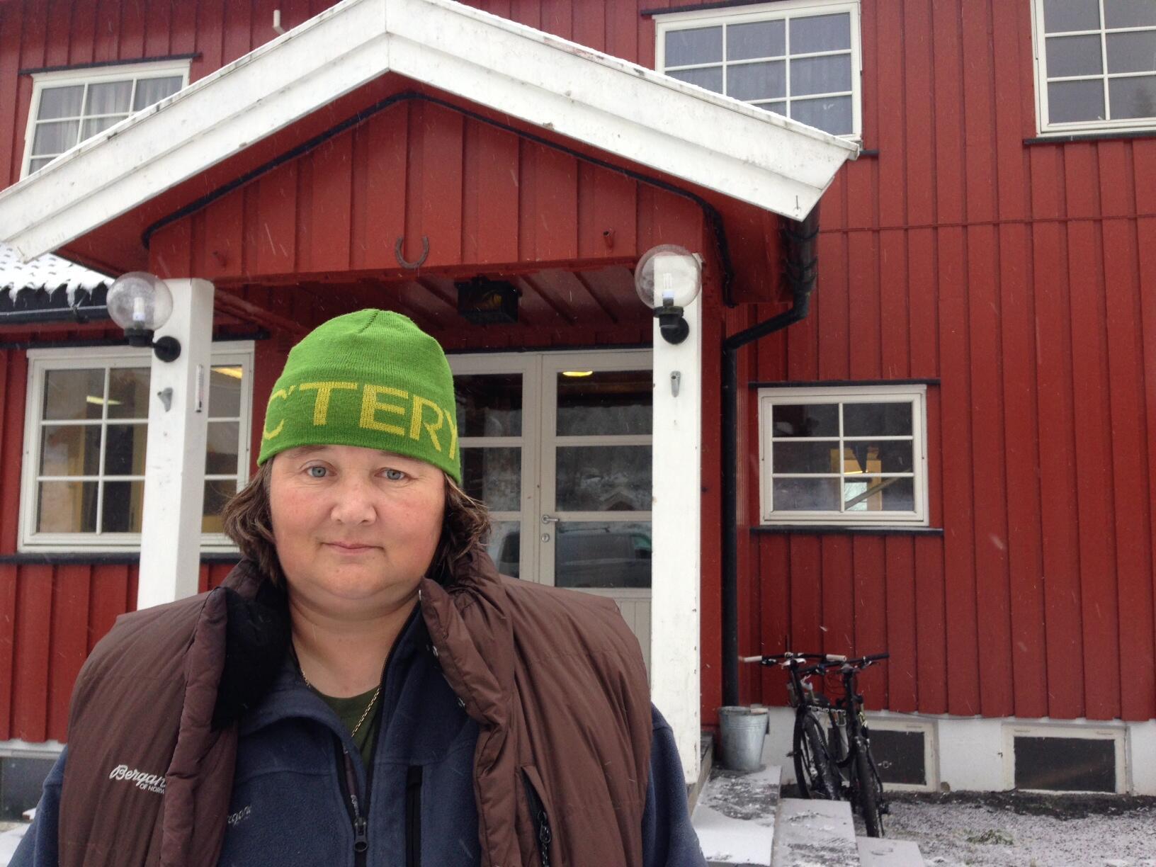 Bilde av Merethe Lindstad utenfor Haugen