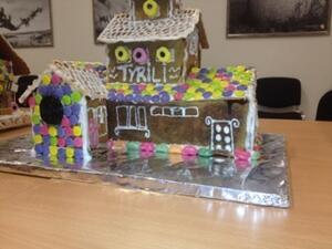 Elevene er glade i Tyrili. Det vises også når de skal bake pepperkakehus til jul.