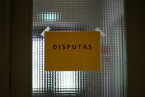 skilt med teksten disputas