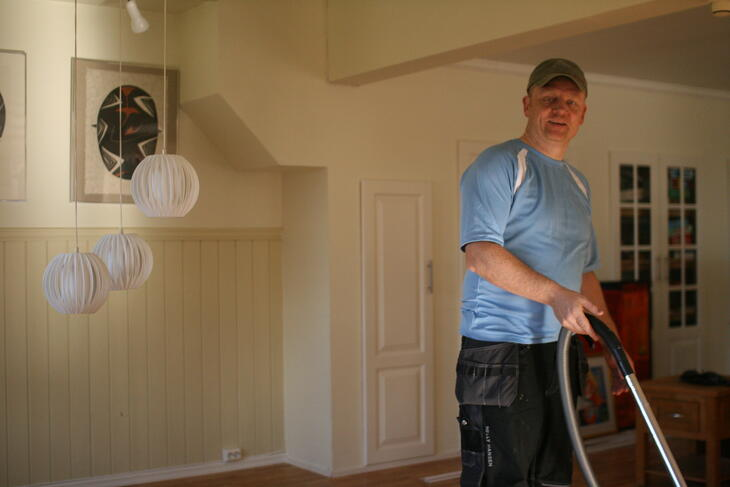 Person støvsuger gulv