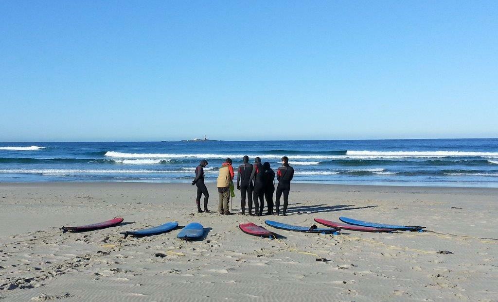 Surfere på strand