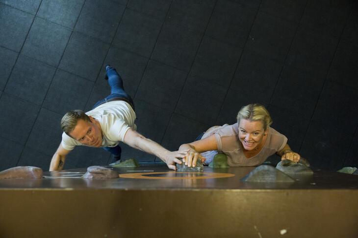 2 ansatte prøver seg i klatreveggen