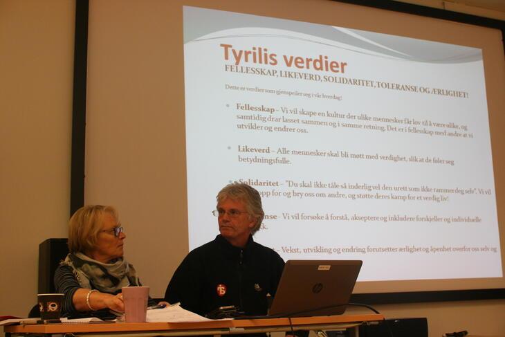 Randi Dalsaune og Gunnar Engen foran storskjerm med presentasjon