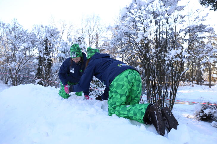 2 elever jobber i snøen