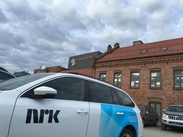 NRK-bilen utenfor Tyrilisenteret.