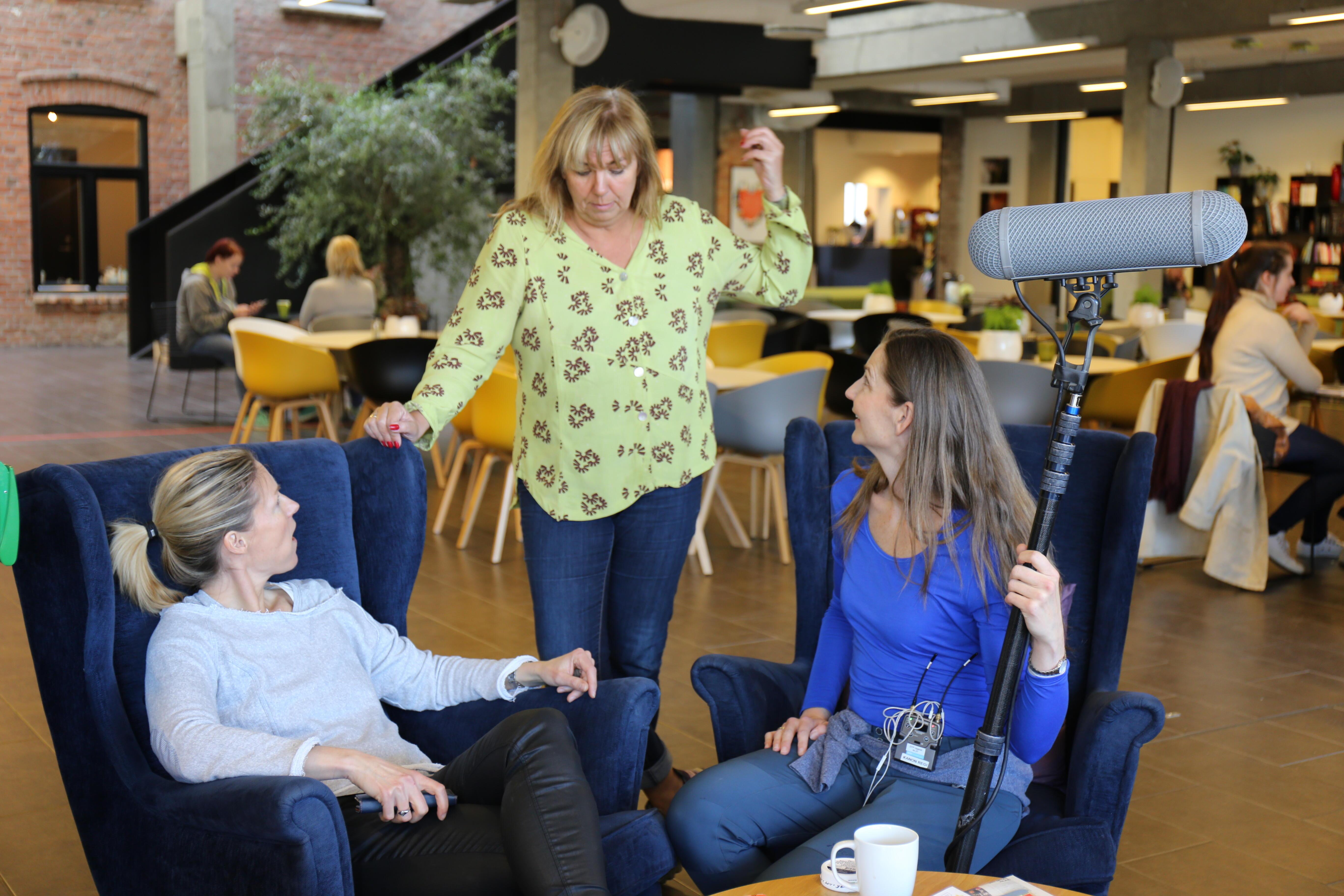 Bilde av Helene Sandvig i samtale med medarbeidere på Tyrili