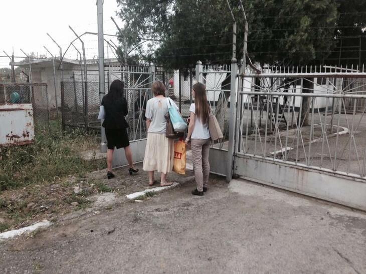 3 kvinner går inn en port
