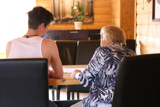 Elev og gammel dame snakker