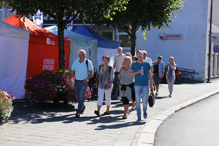 Gruppe mennesker på gaten