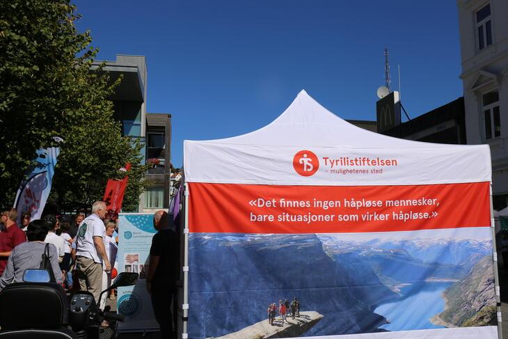 Telt med Tyriililogo og slogan