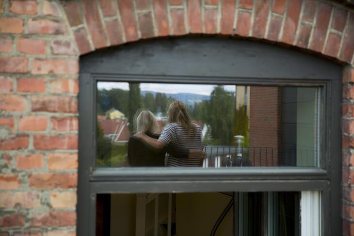 Refleksjon av 2 personer i vindu