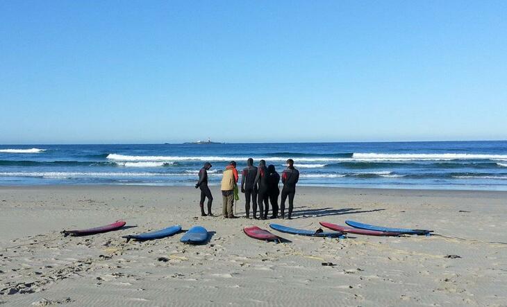 Surfere på stranden