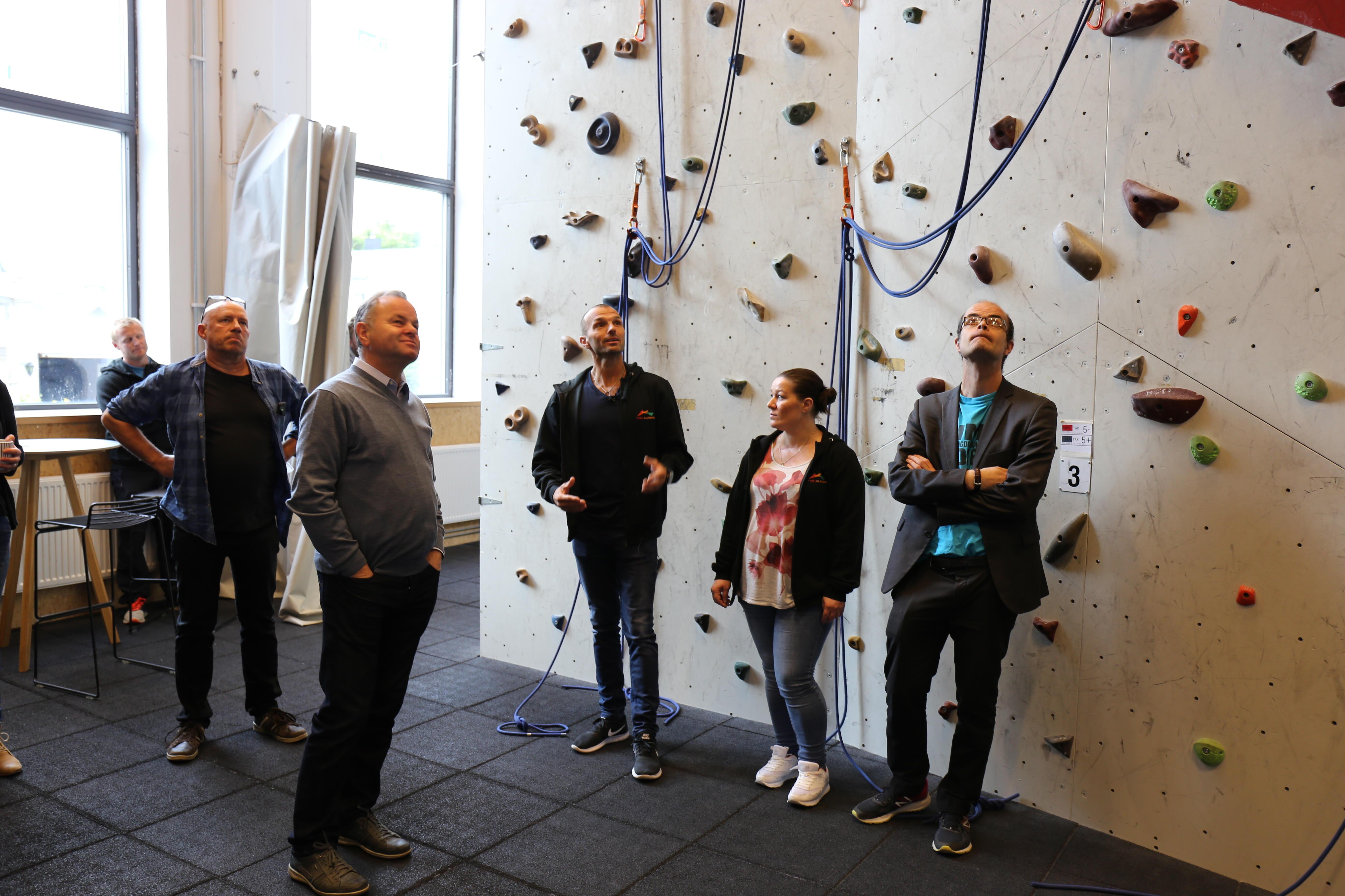 Politikere inspiserer klatreveggen