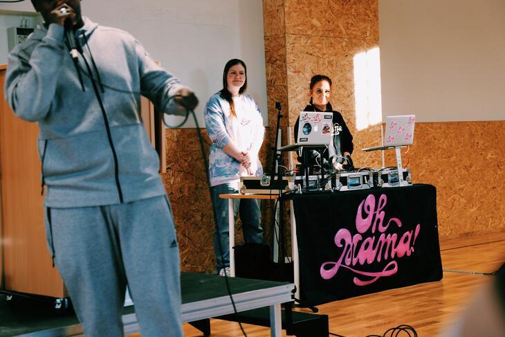 """En av de innsatte rapper, akkompagnert av DJ-ene i """"Oh Mama!""""."""