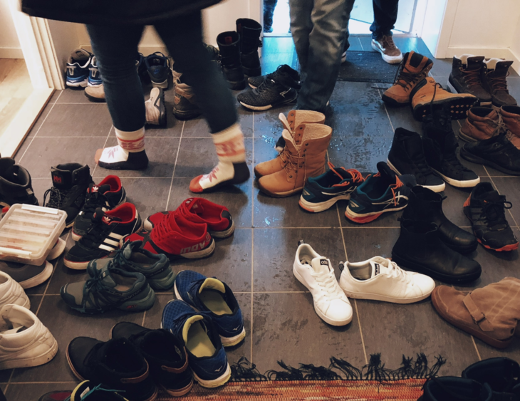 masse sko i liten gang