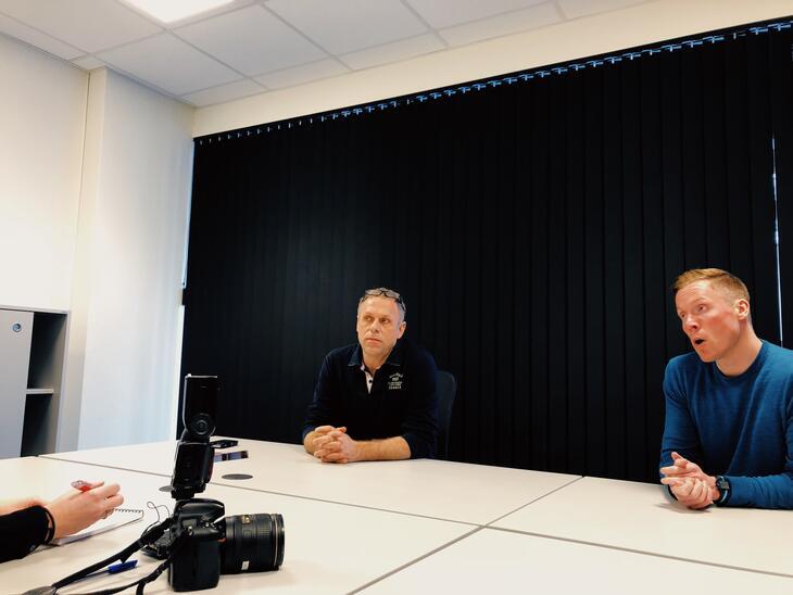 Enhetsleder for Tyrili Sør, Gisle Andersen (t.v.) og stiftelsesleder Anders Dalsaune Jansen blir intervjuet av Agderposten.