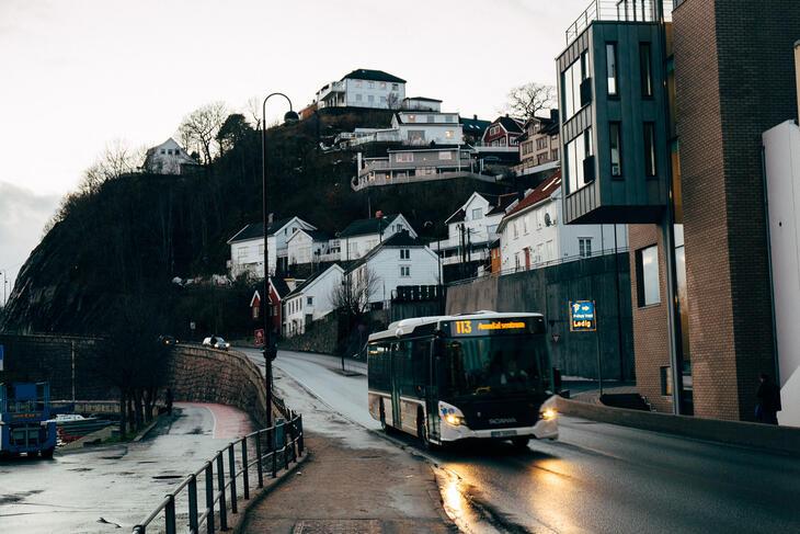 Bussen til sentrum passerer Tyrili Arena Arendal.