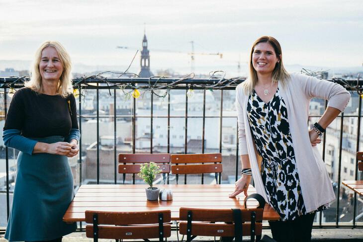 Jannicke Berg Leknes og Ida Kristine Olsen nyter utsikten over Oslo.