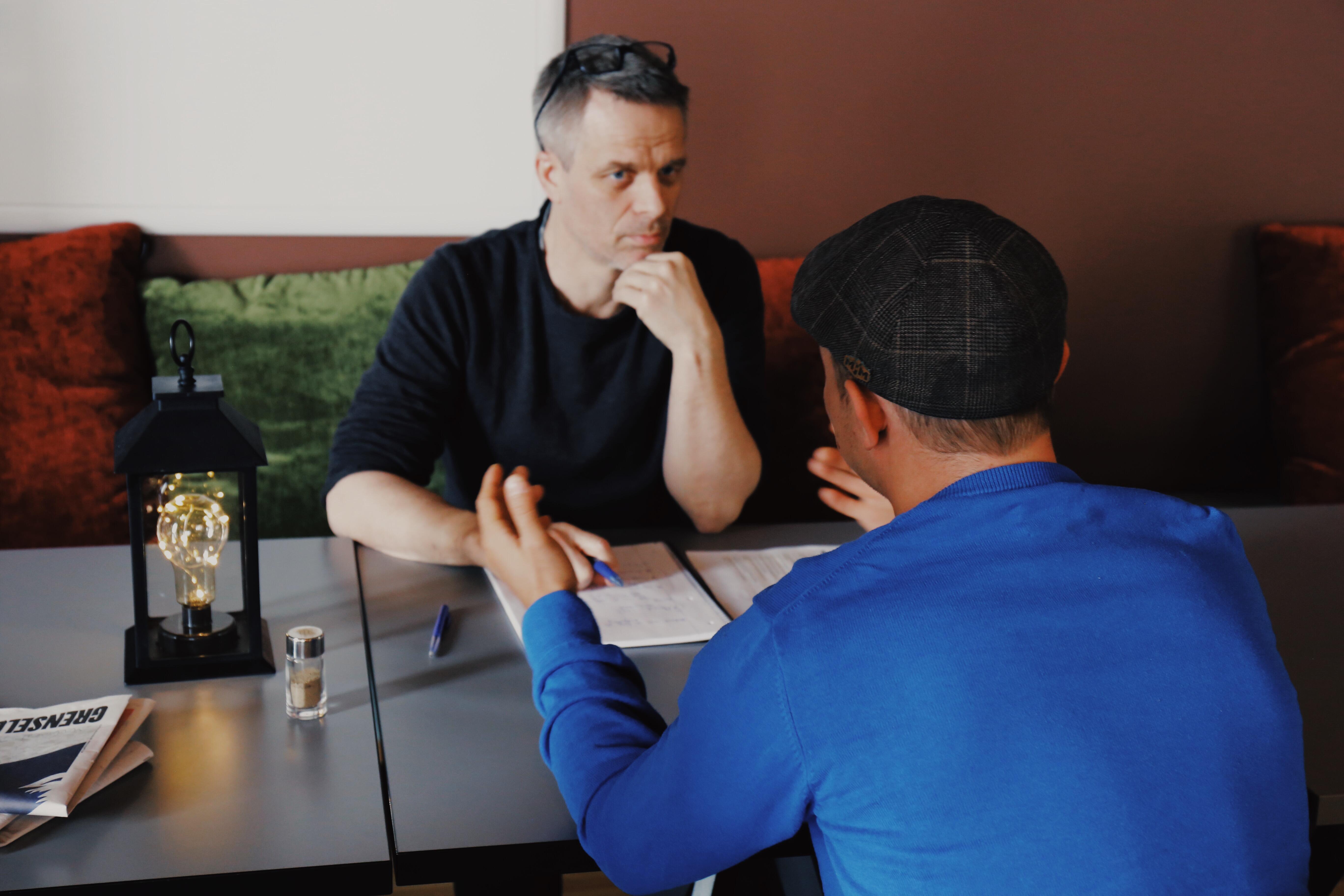 Behandler Vegard Knutsen snakker med en pasient (elev) om tilbakemeldingen vedkommende har gitt ham. Feedbackverktøy skal tas i bruk i hele stiftelsen fra 1. mars. Foto: Anders Bisgaard/Tyrilistiftelsen