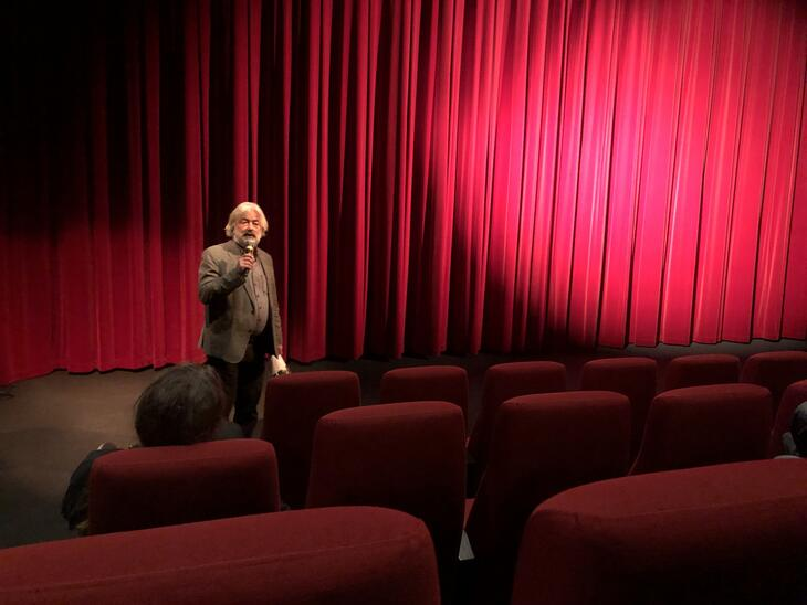 """Regissør Sigve Endresen introduserer """"For harde livet"""" for publikum på Cinemateket i Oslo."""