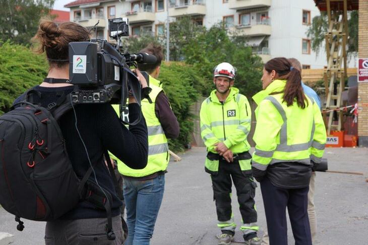 TV 2 gjør opptak til nyhetsreportasjen om Johnny og Tom Erik, som har fått jobb i rivningsfirmaet R3.