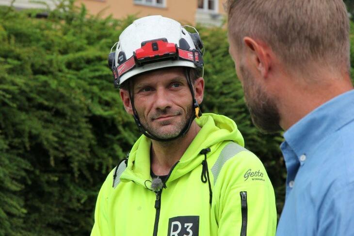 Johnny er arbeidstager i rivningsfirmaet R3, og har fått jobben gjennom Tyrilis IPS-ordning. Her i samtale med helseminister Bent Høie (H).
