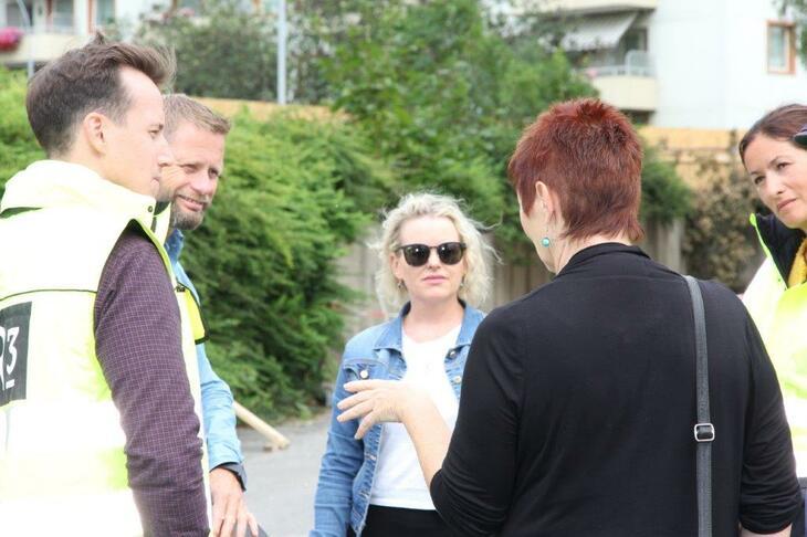 Nestleder Camilla Fjeld i Tyrilistiftelsen og jobbspesialist Hilde Saraksen fra Tyrili IPS snakker med helseminister Bent Høie (H) og representanter fra R3 og Norsk Gjenvinning.