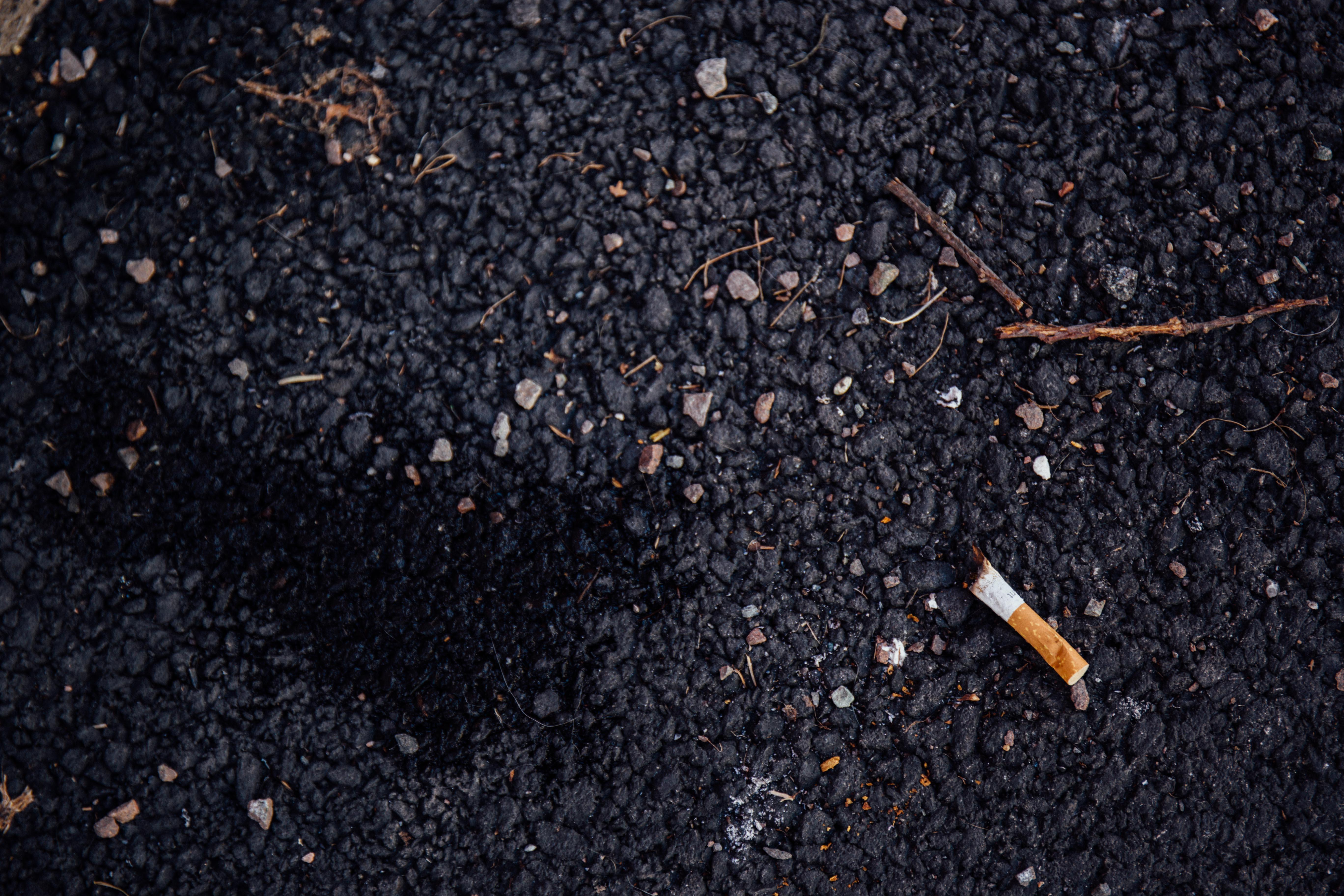 Sigarett på asfalt - Foto Anders Bisgaard