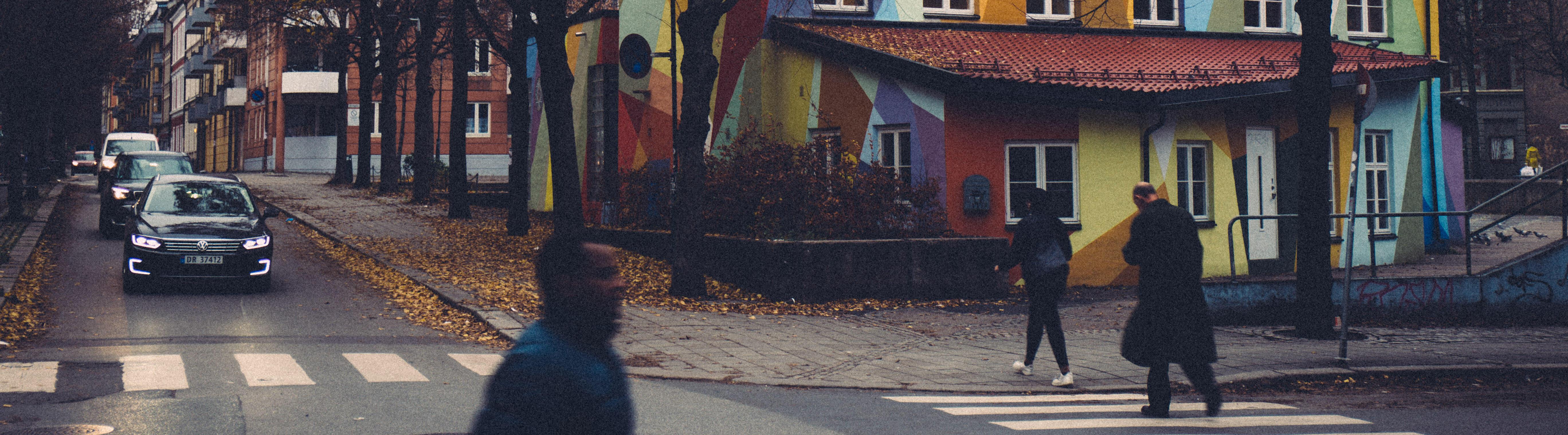 Gatescene med mennesker og biler på Tøyen i Oslo.