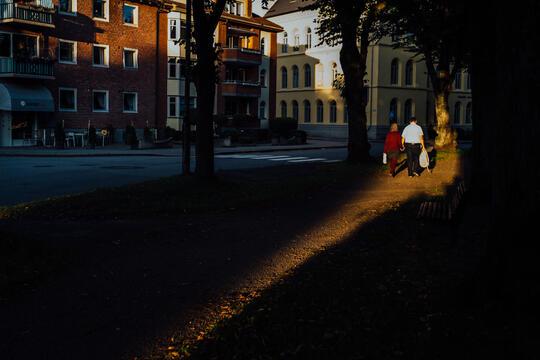 Et par går hånd i hånd i dagens siste stripe av sol.